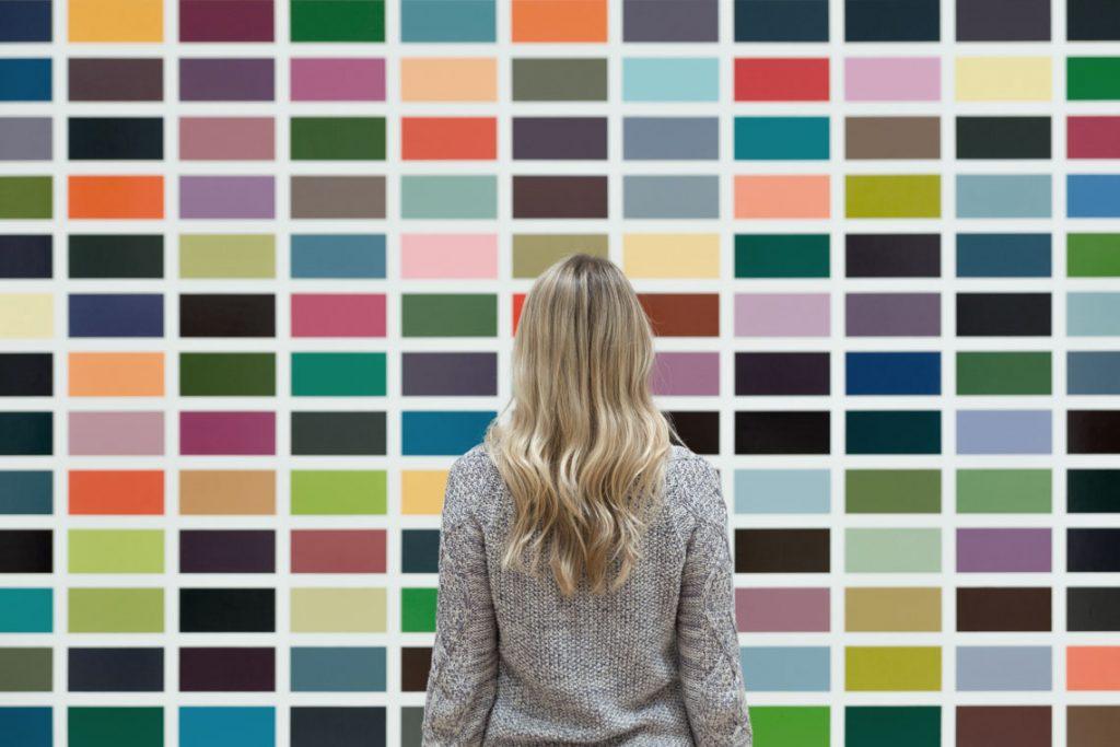 Content Strategie, Frau vor farbiger Wand
